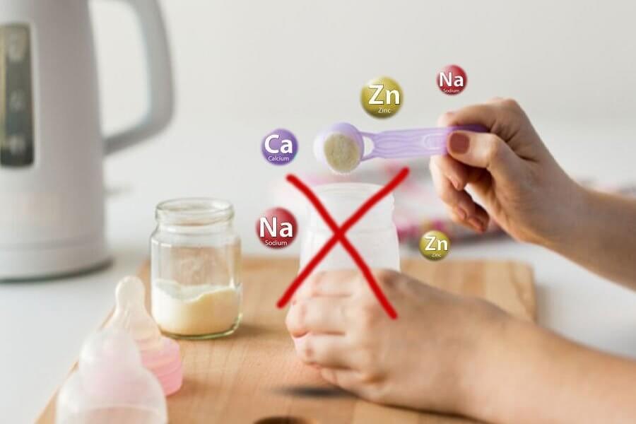 Không nên dùng nước khoáng pha sữa cho trẻ sơ sinh